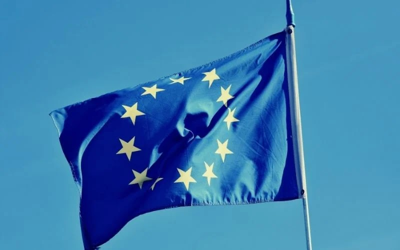 Europa: 'chanceleres' renunciam, enquanto promotor do 'lockdown' perde apoio.