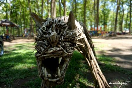 Patung Hewan dari Ranting Pohon Jati