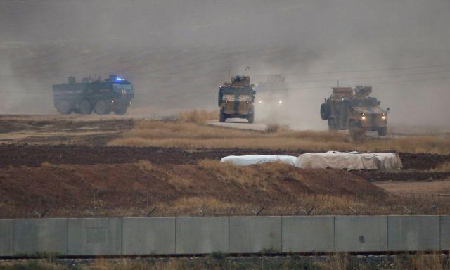 Συρία: Τουρκικό τεθωρακισμένο πατά Κούρδο διαδηλωτή