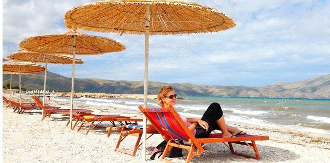 Ξηλώνουν ομπρέλες και ξαπλώστρες από παραλία της Χαλκιδικής