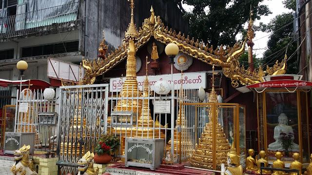 Pequeño altar callejero en Yangón