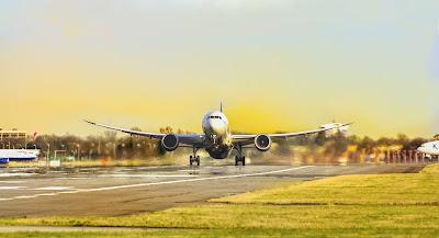 طائرة ركاب في مدرج الطائرات تتجهمز للإقلاع