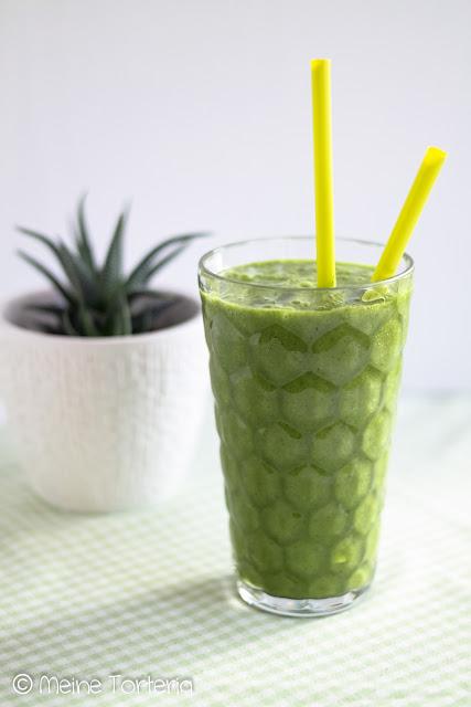 Green Smoothie mit Spinat, Kiwi und Banane