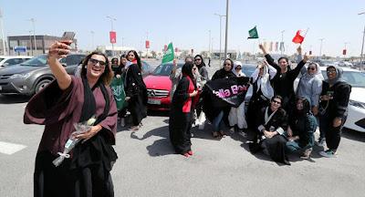 رقص مثير لحسناوات سعوديات في شوارع الرياض .. شاهد بـ''الفيديو'' إلى أين وصلت الأمور؟؟!