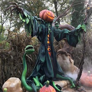 Sculpture effrayante d'un épouvantail à tête de citrouille