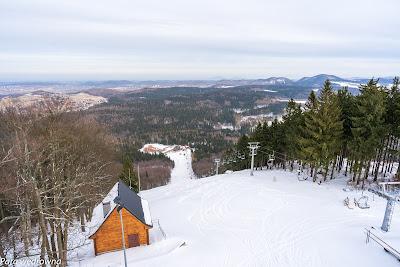 Centrum sportów narciarskich pod Dzikowcem (widok z wieży); wyciąg narciarski akurat nieczynny, w dole trwa budowa nowego ośrodka wypoczynkowego