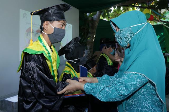 Bunda Niken Hadiri Wisuda SDLB Pelangi Lombok Care