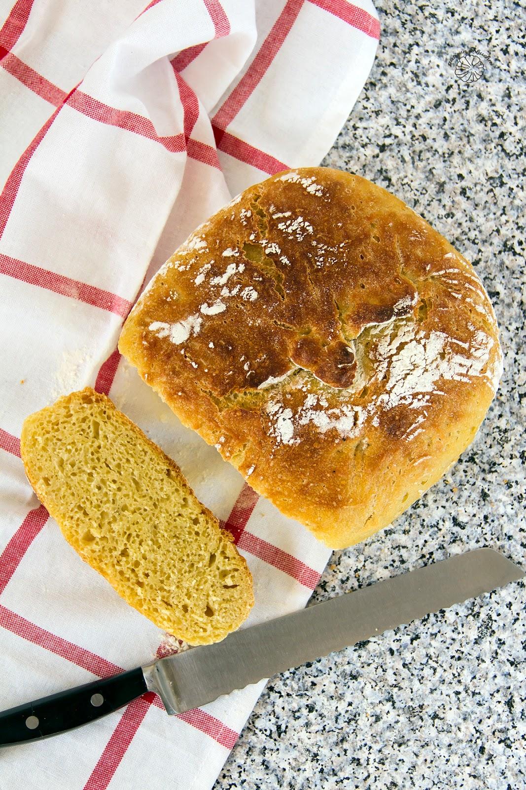 Chleb pszenno-kukurydziany pieczony w garnku rzymskim.
