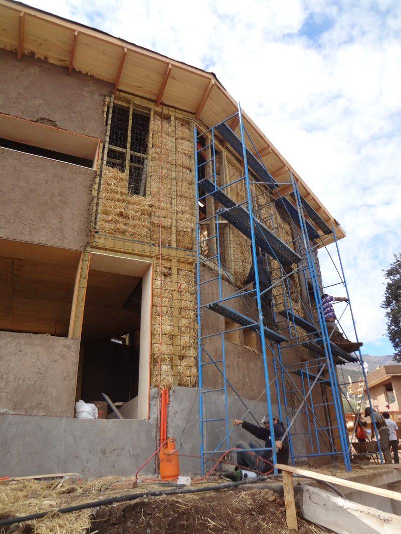 Arquitecto construyó su propia casa en Peñalolen con fardos de paja y barro