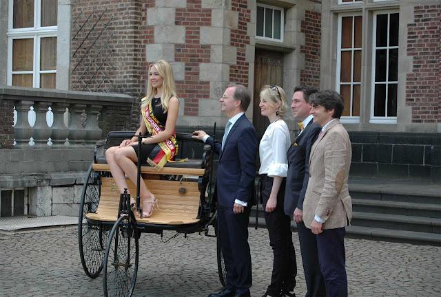 Miss NRW Alina Müllenborn sitzt auf dem ältesten Fahrzeug, Thomas Rachel , das Prinzenpaar von Merode,
