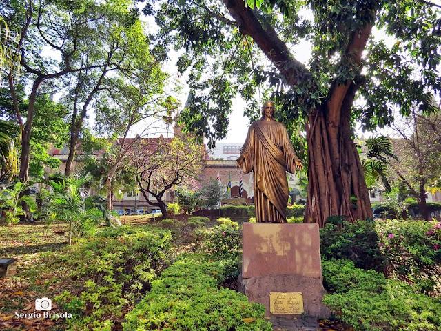 Fotocomposição com a Escultura de Cristo e a entrada da Santa Casa de Misericórdia de São Paulo