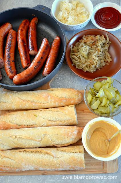 Hot-dogi z kiełbasą i cebulką