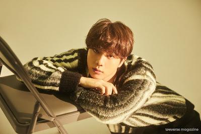Jin siedzący na podłodze i oparty o krzesło