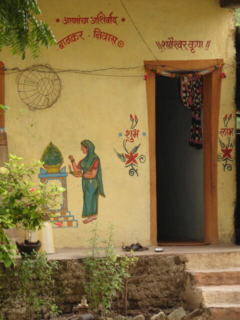 Ở Shani Shingnapur - một thị trấn đền thờ nổi tiếng ở Ấn Độ - nhiều gia đình thường không khóa cửa hoặc không có cửa bởi họ tin rằng họ luôn được Chúa bảo vệ. Thị trấn này có ngân hàng đầu tiên vào năm 2011 và họ thậm chí cũng không hề mua một chiếc khóa nào để bảo vệ an ninh ở đây.