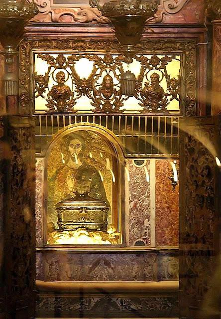 Urna com os ossos de São Pedro no Altar da Confissão no Vaticano