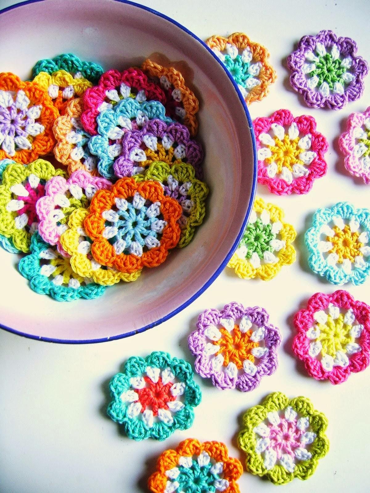 mes favoris tricot crochet mod le gratuit une guirlande de fleurs au crochet. Black Bedroom Furniture Sets. Home Design Ideas