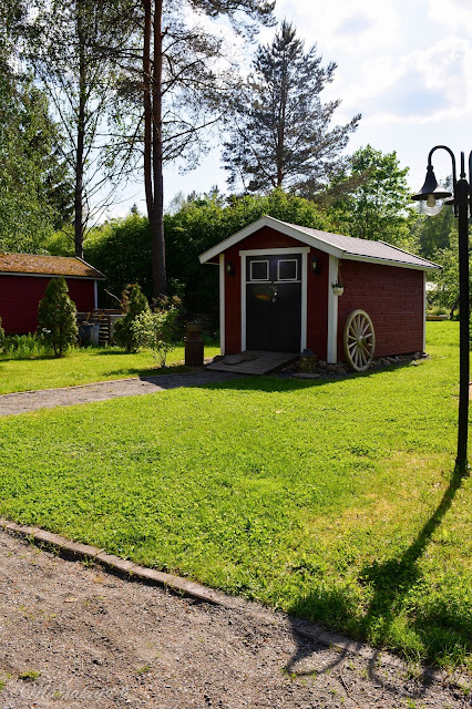 piha puutarha terassi patio kotipiha takapiha kesä  talo kukkapenkki  puutarhavaja