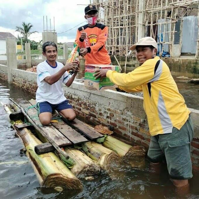 Senkom Rescue Kalsel Memanfaatkan Rakit Dari Bahan Seadanya Dalam Evakuasi Dan Menyalurkan Bantuan