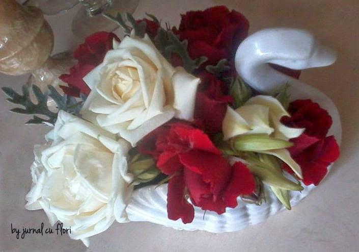 aranjament botez in vaz lebada cu flori albe si rosii