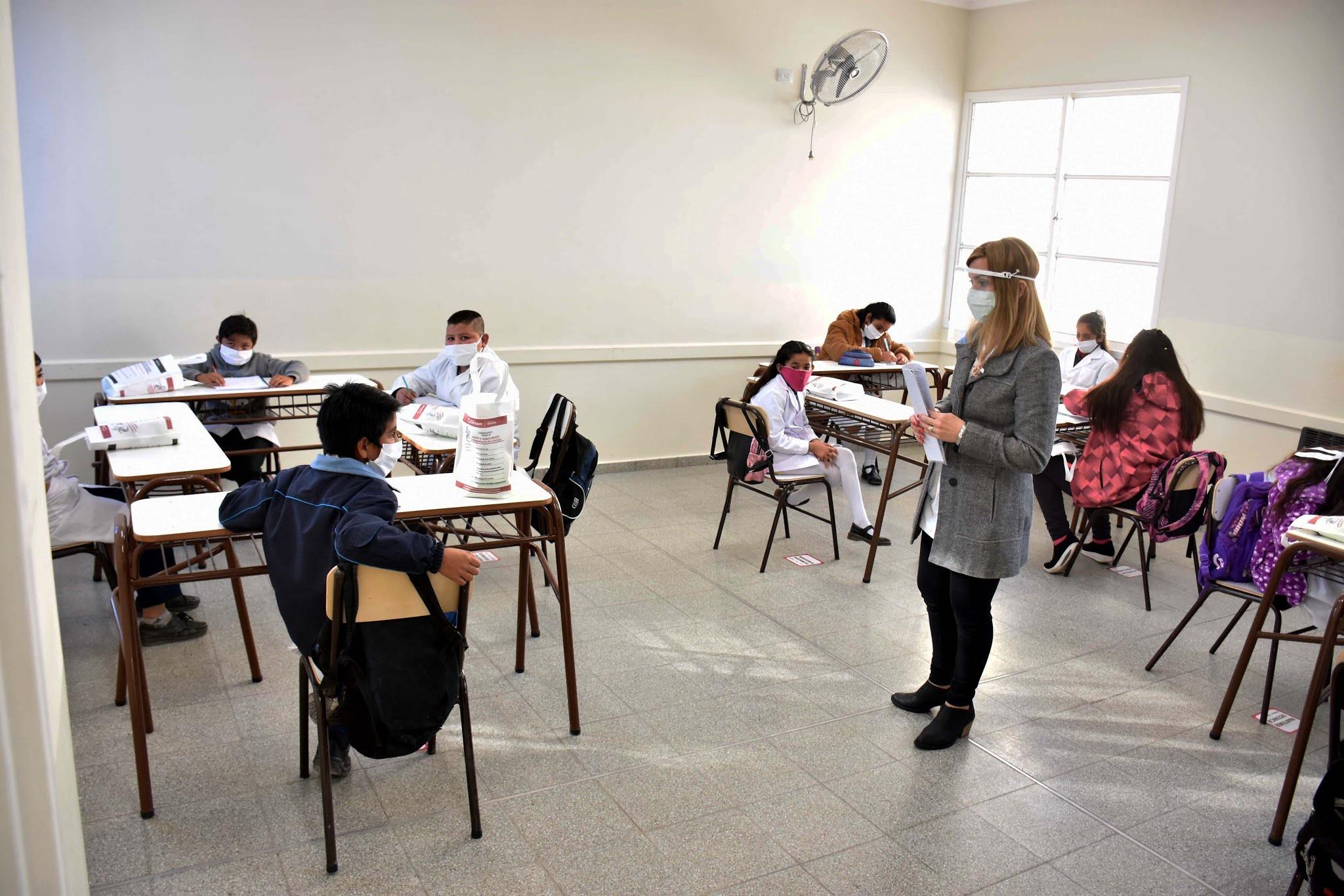 """Coronavirus: El gobierno de Kicillof evalúa """"reducir la presencialidad"""" en las escuelas"""