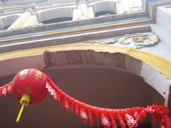 Gạch, vữa tại khu vực chính diện Chùa Phố cũ bị rơi rụng.