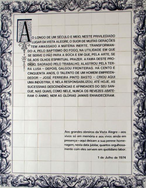 placa de azulejos brancos com uma homenagem à oleiros