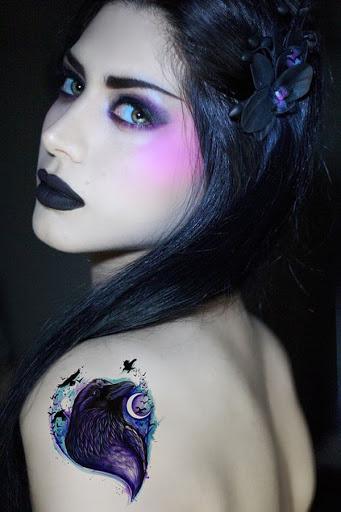 O retrato de um corvo é acentuado por uma lua crescente e é criado utilizando uma paleta de azuis e roxos.