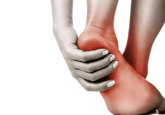 SALUD: Pies y piernas hinchados pueden ser signo de mala circulación cuando la sangre no fluye.