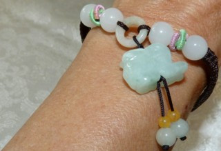 https://yingyujade.com/collections/jade-necklaces-and-bracelets/products/luck-and-happiness-jadeite-rabbit-adjustable-bracelet