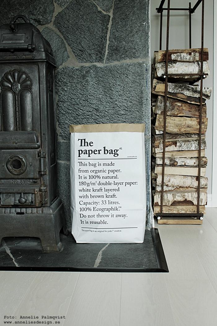 le sac en papier, the paper bag, papperspåse, förvaringspåse, förvaringspåsar, svartvit, svartvita, svart och vitt, påse med text, vedförvaring, armeringsjärn, vedställ, ved, kamin, kaminer, ateljé, arbetsrum, hemmakontor, annelies design, inredning, webbutik, webbutiker, webshop, konsttryck, kors, tavla, tavlor, poster, posters, print, prints, plakat, plakater, affisch,