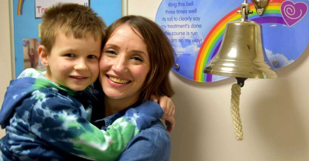 Mãe e filho diagnosticados com câncer ao mesmo tempo se curam juntos 'pedi por dois milagres'
