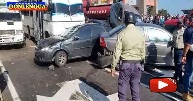 GRAVE | Autobús se quedó sin frenos en La Guaira y barrió varios vehículos