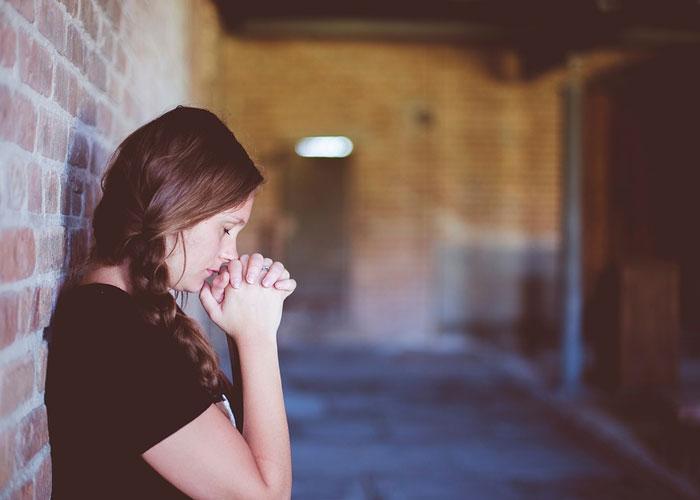 Orações para pessoas e não só para Deuses rezando