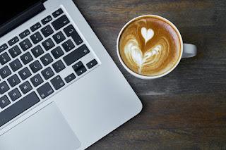 Jangan Menaruh Makanan dan Minuman di Dekat Laptop