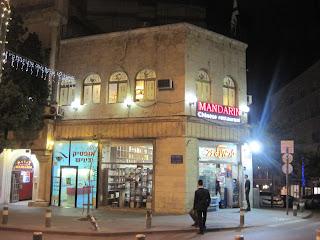 Po dvou hodinách tělesné restaurace znovu vyrážíme na Jaffa Road. Je před  sedmou hodinou 5a482475db
