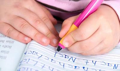 Hal yang Perlu Diperhatikan Ketika Mengajari Anak Menulis