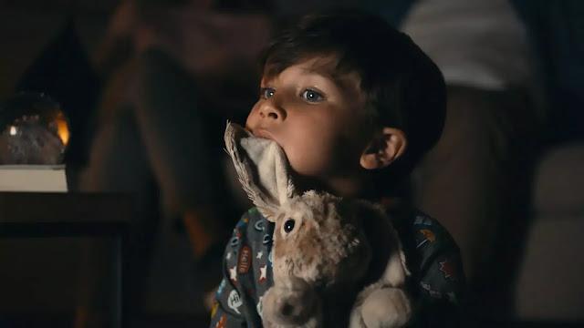 Conejo de peluche siendo atacado ferozmente