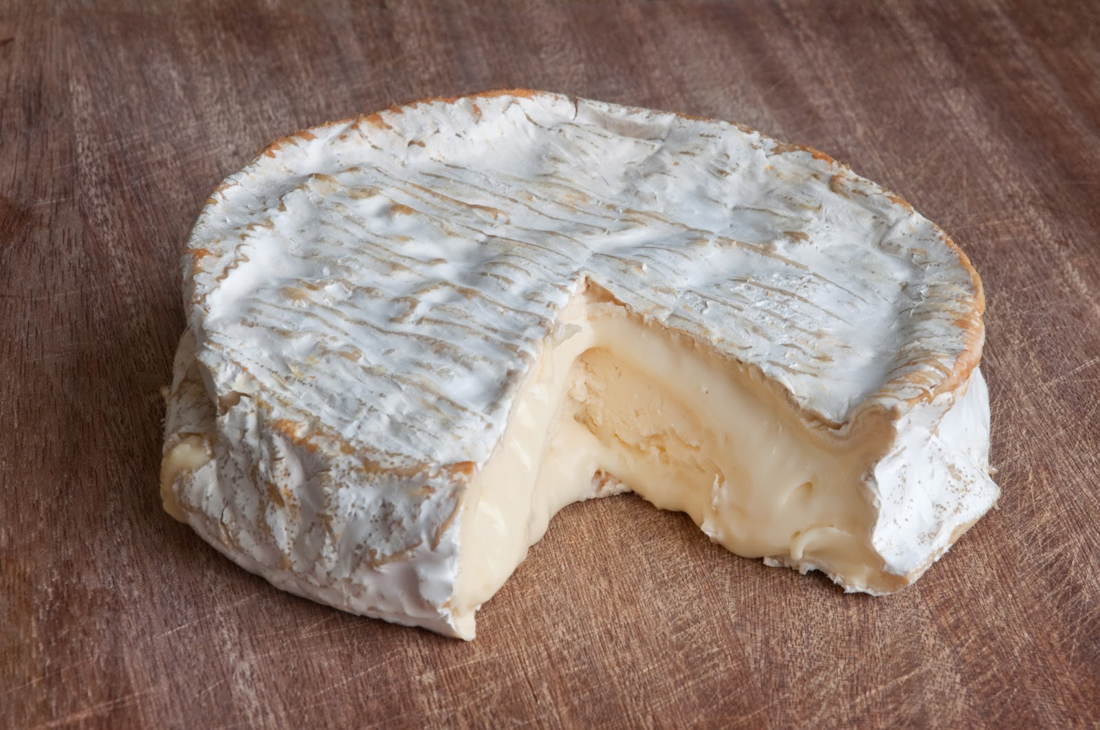 Wikimedia Commonsで発見した一切れ分だけ抜け落ちたクロミエチーズの写真