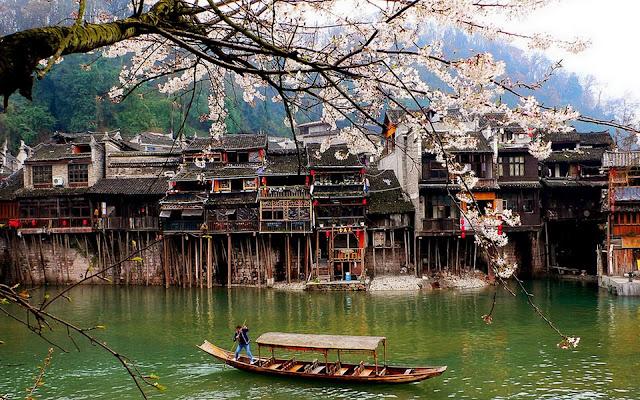 Phượng Hoàng là thị trấn 1.300 năm tuổi, nép mình dưới chân những ngọn núi hùng vĩ ở rìa sông Đà Giang. Thị trấn cổ của Hồ Nam là nơi sinh sống của nhiều dân tộc như Miêu, Hán, Hồi, Thổ Gia, với những phong tục và văn hoá đặc trưng. Nơi đây còn lưu giữ nhiều thành quách, đền chùa, những dãy phố, nhà cổ dọc bờ sông, cùng các món ngon địa phương như ớt đỏ ngâm hay kẹo gừng.