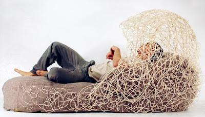 sillón nido hecho con fibras naturales.