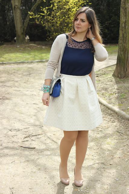 top bleu et jupe crème les petites bulles de ma vie