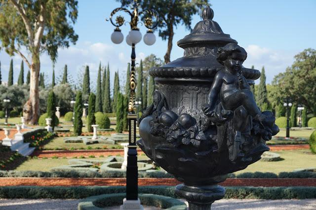 פסל בגן הבהאיים עכו