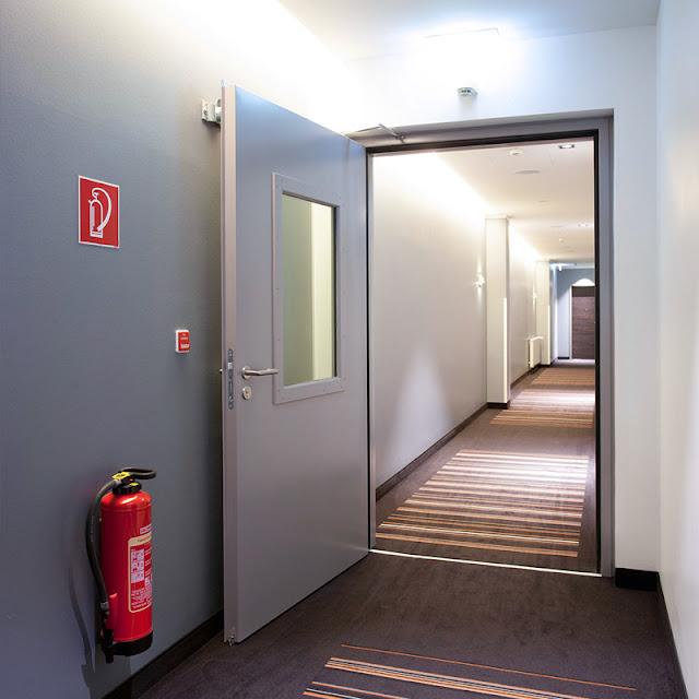 Cửa thoát hiểm giúp ngăn chặn việc cháy lan truyền trong các khoang cháy hiệu quả
