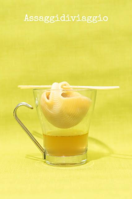 Conchiglione ripieno su tazza di brodo - tapas di pasta