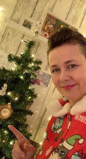 Christel in Grumpy cat onesie bij de kerstboom