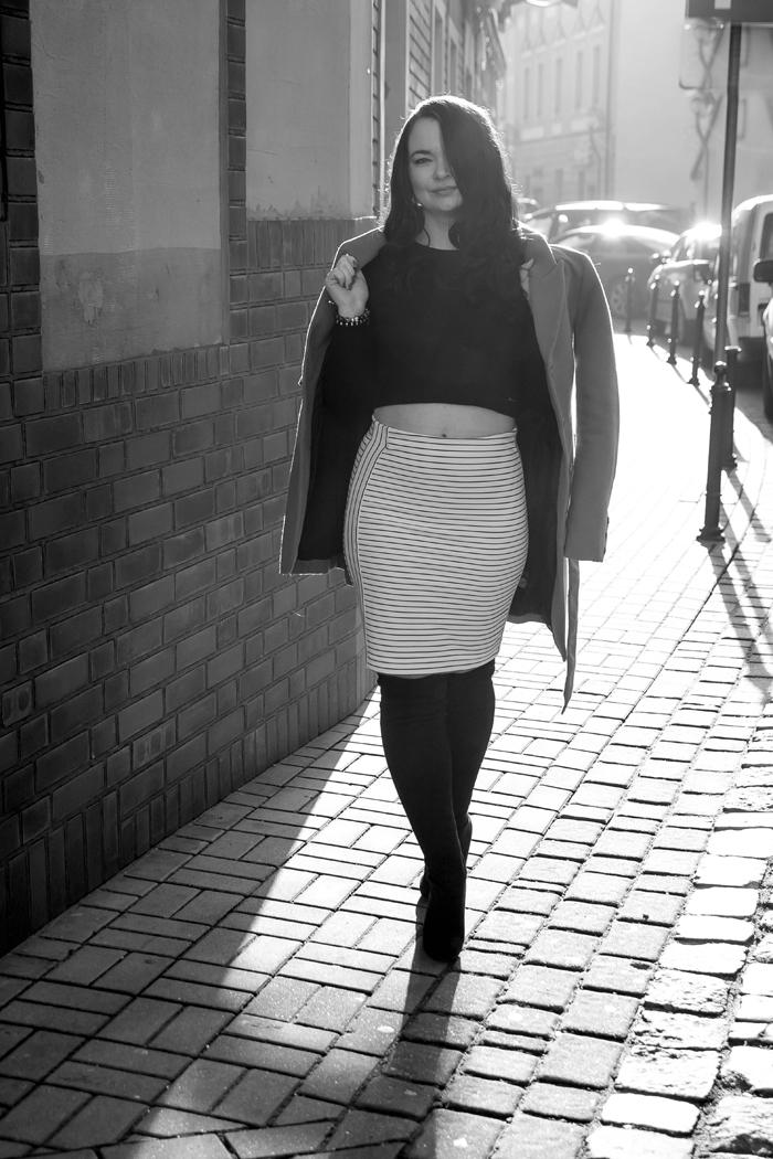 http://www.monikabregula.pl/2016/02/stylizacja-ze-spodnica-oowkowa-w-paski_14.html