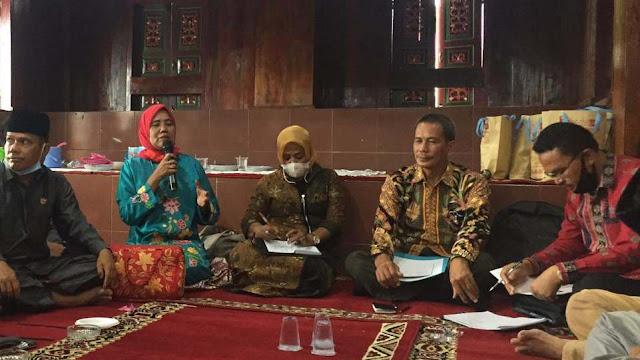 Dra. Zusneli Zubir, M.Hum, Peneliti Ahli Madya di BPNB Sumbar saat bicara pada diskusi Grand Design Pemajuan Kebudayaan Nagari Koto Gadang Koto Anau, Sabtu 3 April 2021. (Dok. Istimewa)