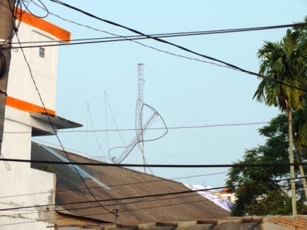 sebelum-jatuh-pesawat-hercules-menabrak-tower-radio.