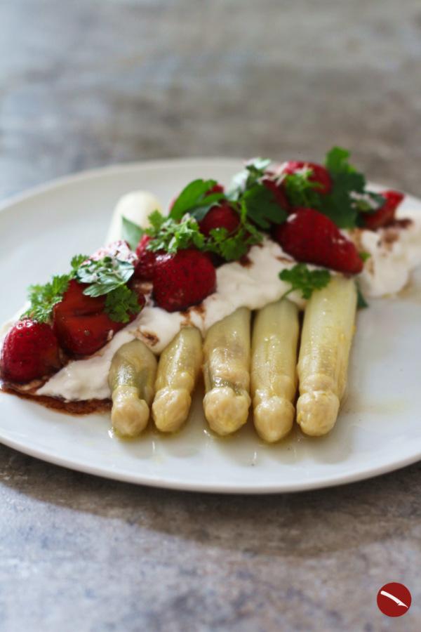 Dieses besondere Rezept begeistert Gäste als Vorspeise und als Hauptgericht! Cremige Burrata trifft zarte weiße Spargelstangen und pfeffrig grün marinierte Erdbeeren mit altem Balsamico.Dazu passt Champagner! #spargel #spargelzeit #spargelrezepte #sousvide #erdbeeren_und_spargel #marinierte_erdbeeren #erdbeeren_pfeffern #grüner_pfeffer_erdbeeren #arthurstochter #spargel #kochen #thermomix #dämpfen #foodblog