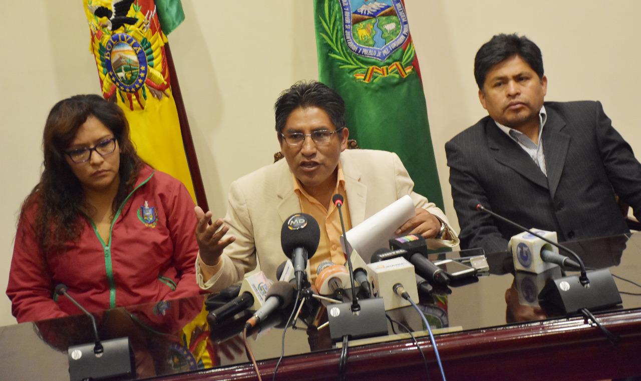 Gobernador recuerda que atletas exigieron culminar la refacción en el estadio paceño